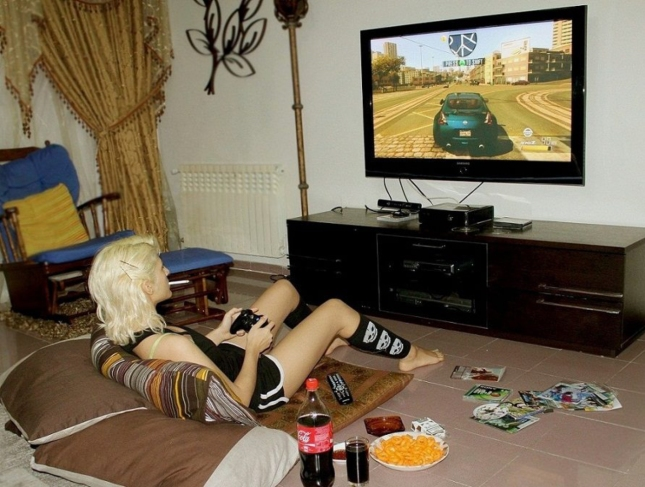 Hot Girl Playing Xbox 360